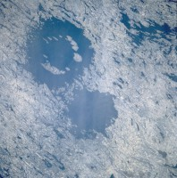 Clearwater Lakes, dvojni krater u blizini Hadsonovog zaliva (Kanada) snimljen iz spejs šatla. Krater je formiran pre 290 miliona godina a njihovi prečnici su 36 i 26 kilometara.