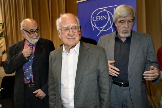 Belgijski fizičar Franso Angler (levo), Rolf Heuer, (desno), generalni direktor CERN-a i Peter Higgs (u sredini) 4. jula 2012. godine u Ženevi nakon objavljivanja rezultata eksperimenata ATLAS i CMS. (Credits: AP Photo/Keystone/Martial Trezzini)
