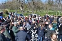 Fotoreporteri i građani snimaju pomračenje na displeju fotoaparata montiranom na teleskop
