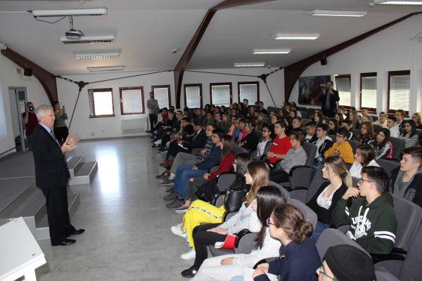Ambasador SAD posetio Petnicu i donirao knjige 2